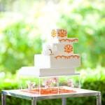 Свадебный торт украшенный оранжевыми цветами
