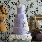 Нежно-фиолетовый свадебный торт с цветочным декором
