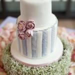 Полосатый свадебный торт с цветами