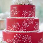 Красный свадебный торт с тонким белым орнаментом
