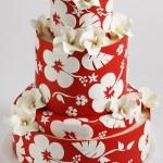 Красный свадебный торт, украшеный белыми цветами
