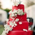 Красный свадебный торт, декорированный белыми цветами