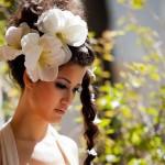 Свадебная прическа с косой и цветами в волосах