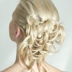 Пряди золотых волос в свадебной прическе
