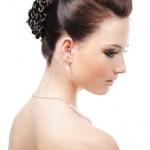 Аккуратно уложенные волосы в прическе невесты
