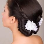 Белые цветы в свадебной прическе