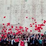 Красные воздушные шары в форме сердец для свадьбы