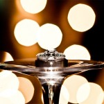 Свадебное кольцо на ножке стеклянного бокала
