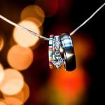 Разноцветные свадебные кольца на ниточке