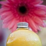 Свадебные кольца на спелом апельсине