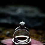 Свадебные кольца на лепестке красного цветка