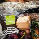 Свежий хлеб и виноград для свадебного пикника