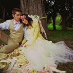 Свадебный пикник для двоих в летнем лесу