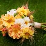 Оранжевый свадебный букет с использованием белых цветов