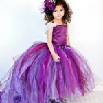 Девочка на свадьбе в платье фиолетового цвета