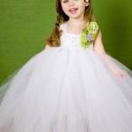 Девочка на свадьбе в белом платье
