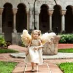 Девочка-ангел в платье с крыльями