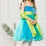 Девочка на свадьбе в бирюзовом платье
