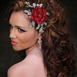 Рубиновый цветок в волосах невесты