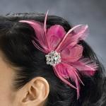 Заколка из розовых перьев в волосах невесты