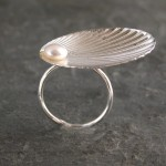 Кольцо декорированное подраковину с жемчужиной