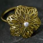 Залотой цветок с жемчужиной на свадебном кольце