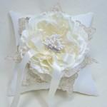 Подушечка для колец декорированная шелковым цветком