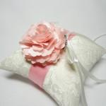 Подушечка для колец с розовым цветком