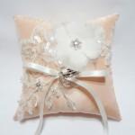 Кремовая подушечка для колец с белым цветком