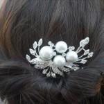 Заколка с крупными жемчужинами в волосах невесты