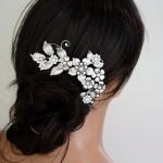 Цветочная ветвь из жемчуга в волосах невесты