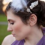 Прическа невесты м жемчужной заколкой и перьями