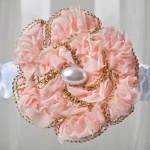 Подвязка невесты с персиковым цветком и жемчугом