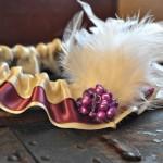 Желто-пурпурная подвязка с перьями и жемчугом