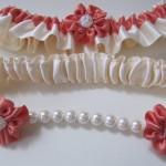 Подвязка невесты с красными цветами и жемчужинами