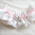 Подвязка невесты с розовой полоской и жемчугом