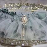 Голубая подвязка невесты с серебром и жемчугом