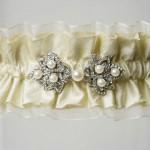 Кремовая подвязка невесты с жемчужинами