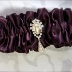Пурпурная подвязка невесты с жемчугом