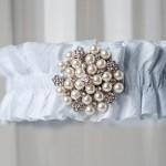Голубая подвязка невесты с жемчугом