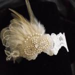 Подвязка невесты с импользованием перьев и жемчуга