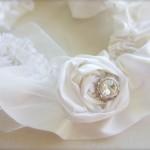 Подвязка невесты с розой из шелка и жемчугом
