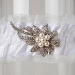 Подвязка невесты с серебряным цветком и жемчугом