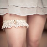 Кружевная подвязка невесты с жемчугом