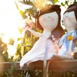 Свадебные куклы на фоне летней листвы