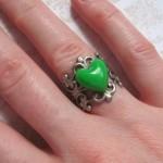 Свадебное кольцо с сердцем из зеленого камня