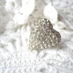 Свадебное кольцо с сердцем из множества бриллиантов