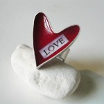 Обручальное кольцо с красным сердцем