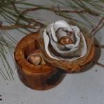 Коробочка для колец из дерева с цветком из ткани