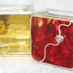 Коробочки для колец из желтого и красного стекла